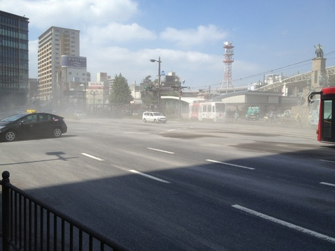 桜島の灰がまう鹿児島駅前