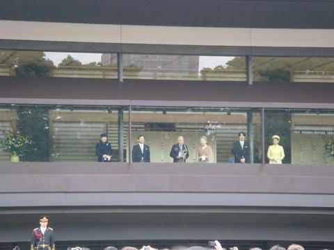 天皇陛下が、皇后陛下、皇太子同妃両殿下及び秋篠宮同妃両殿下とご一緒に長和殿ベランダにお出ましになった場面