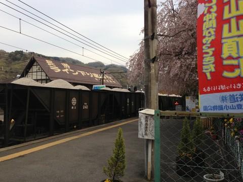 長瀞駅を通過する貨物列車