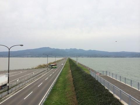 諫早湾干拓堤防道路の休憩所から見る道路